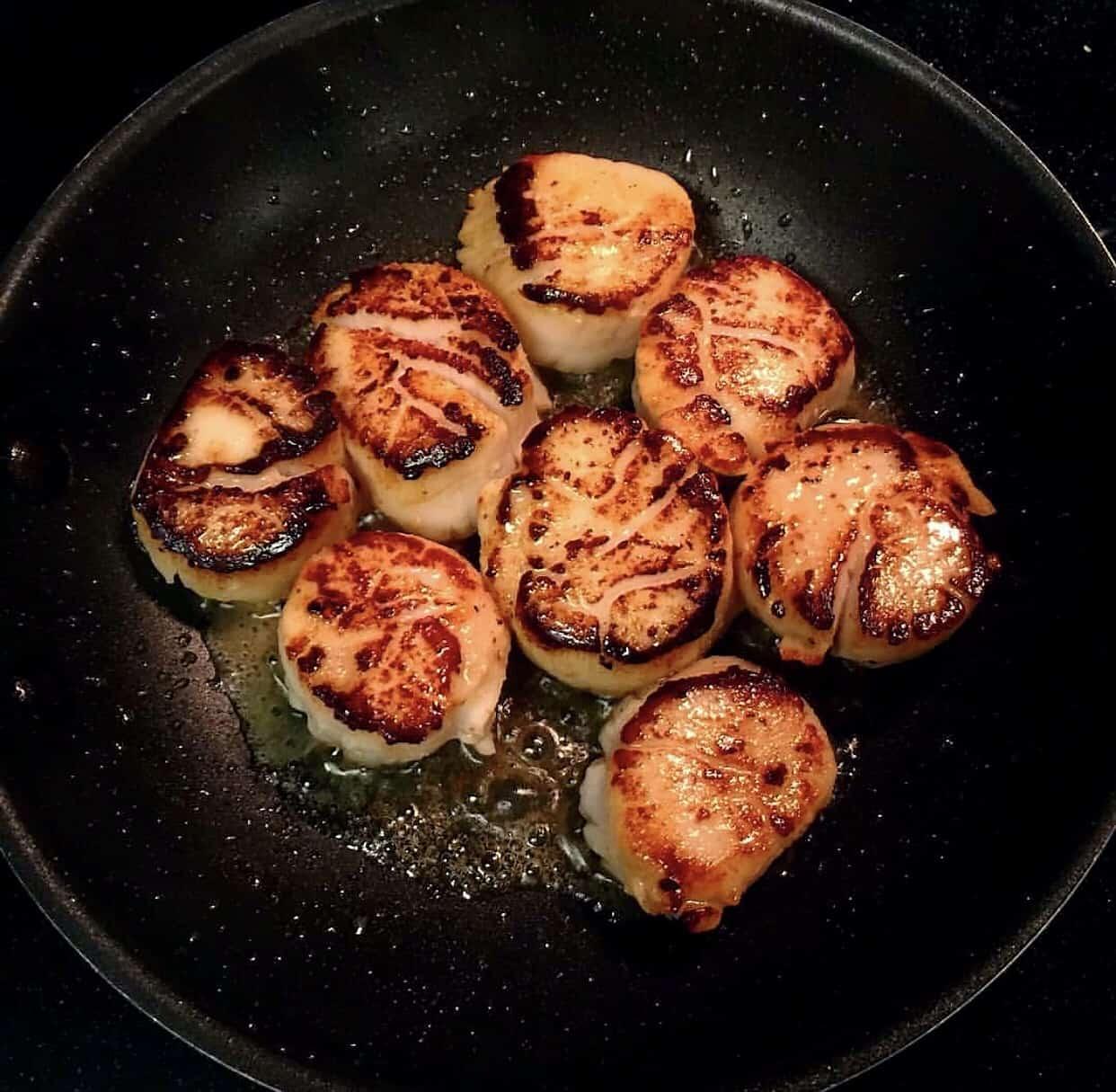 Seared scallops in a pan
